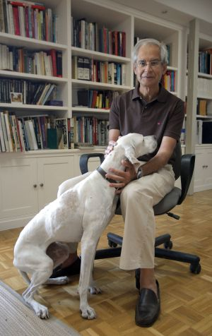 El Roto, drawing reality from his studio, with his dog, daily.
